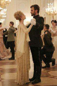 """KURT SEYİT VE ŞURA (02 ŞUBAT 2014)  Bu romantik sahnede Kurt Seyit rolündeki Kıvanç Tatlıtuğ, Farah Zeynep Abdullah'ın oynadığı Şura'ya yaklaşarak """"Ben üsteğmen Seyit Eminof, bu dansı bana lütfederseniz balonun en şanslı erkeği ben olacağım"""" diyor. Ve bu adımla büyük aşkın tohumları atılıyor."""