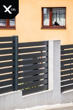 Modern fence with aluminum fencing panels in dark grey and plastered walls. // Nowoczesne ogrodzenie aluminiowe z przęsłami w kolorze grafitowymi i prostymi tynkowanymi murkami, które powstało na pochyłym terenie. Modern Fence, Full Moon, Harvest Moon