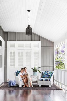 Known for their breezy veranda's and relaxed cottage style, Queenslander's represent a quintessential Australian lifestyle. Here are our favourites! Queenslander House, Weatherboard House, Hamptons House, The Hamptons, Deck Design, House Design, Cottage Renovation, Australian Homes, Cottage Style