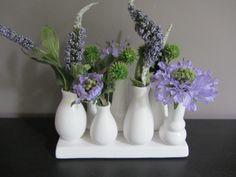 Mooi blauw in modern wit. www.abonneefleur.nl