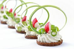 Gourmet : Morsels with spicy cream cheese, leek and radishes Party Snacks, Appetizers For Party, Appetizer Recipes, Baked Shrimp Recipes, Canapes Recipes, Food Decoration, Appetisers, Food Design, Creative Food