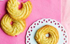 Vaniljaiset mantelipikkuleivät Ohjeelle leivot noin 35-40 mantelipikkuleipää. 1. Vaahdota rasva ja sokeri. Lisää muna huolellisesti sekoittaen. Jauha mantelit vaniljatangosta raaputettujen siementen kanssa. Sekoita manteliseos vehnä- ja leivinjauhojen kanssa rasvaseokseen. Sekoita tasaiseksi taikinaksi. 2. Nosta taikina pursotinpussiin, jossa on pienikärkinen terä. Pursota leivinpaperoidulle uunipellille pieniä renkaita. Mantelipikkuleivät leviävät ja kohoavat, joten jätä leviämisvaraa. 3…