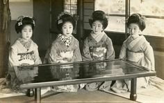 Four late Taishō period maiko (apprentice geisha) from Kyoto, from left to right: Suzuei, Sanchō, Hiroko and Hastsuko. Antique Pictures, Old Pictures, Old Photos, Japanese History, Japanese Culture, Japanese Geisha, Vintage Japanese, Kyoto, Japan Landscape