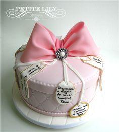 Gift cake with family love messages / Bolo decorado em formato de caixa de presente