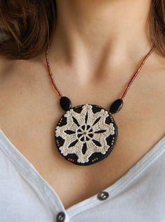 Crochet Bag Tutorials, Crochet Jewelry Patterns, Crochet Accessories, Tatting Jewelry, Thread Jewellery, Fabric Jewelry, Handmade Necklaces, Handmade Jewelry, Crochet Collar