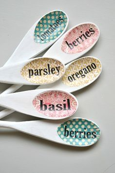 Wooden Spoon Garden Markers Name of plant trasnferred to rim of spoon DIY Garden Plant Marker Inspiration Garden Plant Markers, Herb Markers, Garden Plants, Green Garden, Silhouette Projects, Silhouette Cameo, Plant Labels, Herb Labels, Garden Labels