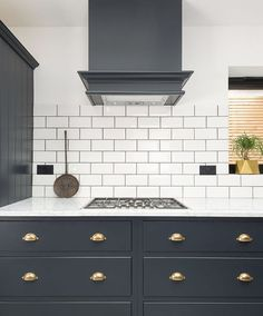 New kitchen white backsplash carrara marble Ideas Shaker Style Kitchen Cabinets, Shaker Style Kitchens, Kitchen Cabinet Styles, Shaker Kitchen, Kitchen Units, Kitchen Tiles, Blue Cabinets, Carrara Marble Kitchen, Home Decor Kitchen