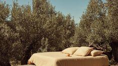 La firma de moda 'Mango' da el salto a la casa lanzando su primera colección de textiles para el dormitorio, el salón y el baño. Una línea de estilo mediterráneo y depurado, con tejidos naturales y sostenibles. Outdoor Furniture, Outdoor Decor, Mango, Textiles, Bed, Home Decor, Home, Neutral Colors, Cushion Covers