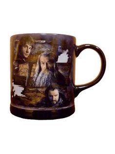 Der Hobbit Tasse Bilbo, Gandalf  und Thorin mit Relief 320 ml Lizenzware schwarz-bunt. Aus der Kategorie Fanartikel Film, Serie & Kult. Hobbit-Fans und Tolkien-Liebhaber erhalten mit dieser Der-Hobbit-Lizenztasse mit Reliefdruck einen Fanartikel der Extraklasse. Diese großartige Lizenz-Tasse hat ein Fassungsvermögen von 320ml und ist mit Sicherheit ein echter Hingucker auf jedem Tisch. #herrderringe #mittelerde
