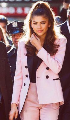 Zendaya ( wears a fitted Dundas suit in Barbie pink. Zendaya Outfits, Zendaya Style, Zendaya Fashion, Zendaya Maree Stoermer Coleman, Teen Fashion, Fashion Outfits, Latest Fashion, Diva Fashion, Fashion Addict