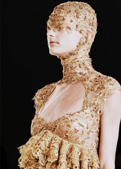 . Avangard Fashion, Runway Fashion, Alexander Mcqueen Savage Beauty, Sarah Burton, Roman Holiday, Something Old, Masquerade, Headpiece, Catwalk