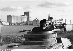 El comandante de un Panzer otea el horizonte, con el elevador de granos Stalingrado en el fondo,  no se ve dañado por el momento, aunque el molino de harina ha perdido su techo, presumiblemente  en el atentado de julio.