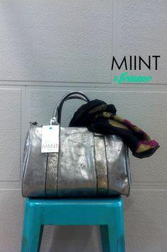 Bolso Ecopiel en plata con pañuelo estampado azul marino.