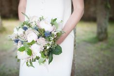 it's not the first time I pin a bouquet with white/pale pink and pale blue flowers.  I don't know what it is about this combination of flowers, but I find it very attractive