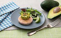 Prepara un panino con Burger di Salmone e Avocado gustoso con le ricette di Findus! Avocado Egg, Ravioli, Finger Food, Baked Potato, Cantaloupe, Potatoes, Eggs, Baking, Fruit
