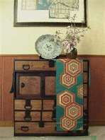 Love the runner draped on this cabinet.  Should display an obi like this.