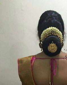 Indian Bun Hairstyles, South Indian Wedding Hairstyles, Bridal Hairstyle Indian Wedding, Bridal Hair Buns, Bridal Hairdo, Hairdo Wedding, Bride Hairstyles, Bridal Sari, Engagement Hairstyles