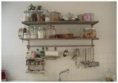 estantes en la cocina
