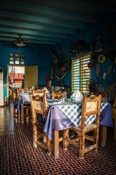 """SMALL IS GREAT    Drei Tische hat das Restaurant """"La Casa de Julio"""" und eine große Küche.    Only three tables, but finest food is served in """"La Casa de Julio"""".    CITY GUIDE Havanna zur Kuba-Kreuzfahrt der EUROPA 2 / CITY GUIDE Havana for the Cuba-cruise with EUROPA 2. Foto: © Lutz Jäkel Havanna, 2nd City, Havana Cuba, Tables, Restaurant, Hat, Food, Home Decor, Cruises"""