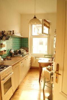 Gemütlich eingerichtete Küche in Berlin mit warmem Lichteinfall. #Einrichtung #Küche #Idee