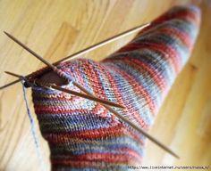 Вяжем 'съемную' пятку на носке. При изношенности пятки она легко заменяется новой . Начинайте вязание носка привычным для вас способом - от резинки (сверху вниз, к стопе) или от мыска. Вяжите носок до начала пятки. Затем петли, на которых предполагаете вязать пятку, провяжите дополнительной ниткой контрастного цвета, переместите их обратно, на левую спицу и продолжайте вязать прежними нитками. Когда носок закончен, все петли закрыты, удалите контрастную нить и открытые ...