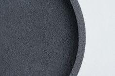 Plateau ovale en béton Noir de vigne croquebeton.etsy.com