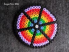 Posavasos redondo arco iris en hama midi que alegrará tu mesa. Si te gusta puedes adquirirlo en nuestra tienda on-line: http://www.mistertrufa.net/sugarshop/ Ver más en: http://mistertrufa.net/librecreacion/groups/hama-beads/