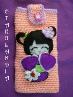 funda para mvil kokeshi violeta realizada en crochet y con apliques en fieltro y ganchillo
