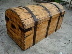 Wooden Puzzles, Wooden Boxes, Woodworking Wood, Woodworking Projects, Rustic Furniture, Cool Furniture, Wood Trunk, Vintage Trunks, Wood Chest