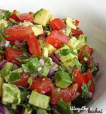 Składniki: awokado pomidory czerwona cebula kolendra sok i skórka otarta z limonki oliwa sól i pieprz ocet balsamiczny