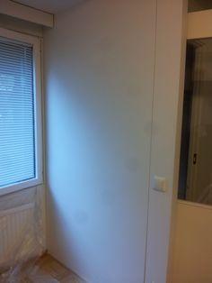 Asunnon keittiöön haluttiin valkoiselle seinälle kuviotapettia.