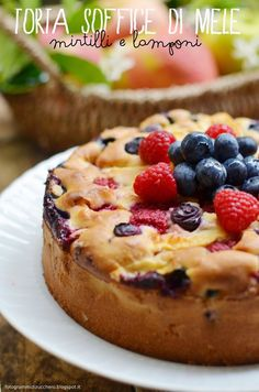 Fotogrammi di zucchero: Torta soffice di mele, mirtilli e lamponi