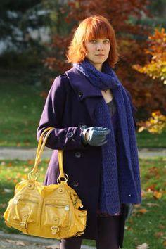 Manteau et sac colorés, c'est la marque de fabrique de Chloé Saint-Laurent !