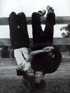 Vogue, September Linda Evangelista and Kyle MacLachlan, photographed by Steven Meisel; Linda wears suspendered pants by Calvin Klein and a Hanro tee. Linda Evangelista, Steven Meisel, Photo Couple, Couple Photos, Silly Couple Pictures, Couple Goals Tumblr, Couple Goals Cuddling, Kyle Maclachlan, Hopeless Romantic