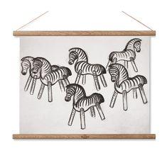 Ett härligt, naturligt print som föreställer en ritning av Kay Bojesens klassiska Zebra från 1935. Printet togs fram som en del av vår- och sommarkollektionen från Rosendahl och visades upp under Formex 2017. Ger hemmet en naturlig karaktär tack vare att man valt att tillverka printet helt i bomull med träprofiler som hålls upp av naturfärgade läderremmar.