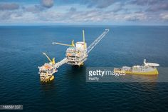 Stockfoto : Oil Rig and Support Vessel.