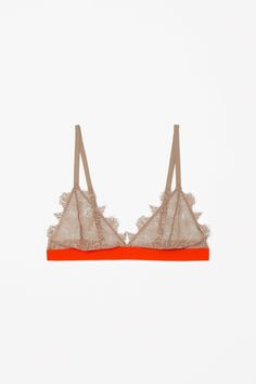With frayed scalloped edges, this soft cup bra is made from delicate lace with a contrast elastic trim. A comfortable style and fit, it has adjustable straps and a metal hook fastening at the back.