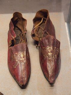 pointed Byzantine shoes found int the British Museum of Art. Medieval Fashion, Medieval Clothing, Antique Clothing, Vintage Shoes, Vintage Outfits, Vintage Fashion, 1930s Fashion, Vintage Purses, Victorian Fashion