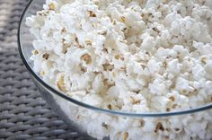 Macaroni and popcorn? If you thought popcorn balls and cheesy popcorn was the limit of corny creativity, you were wrong. Here are 42 popcorn recipes to try. Healthy Popcorn, Best Popcorn, Homemade Popcorn, Air Popped Popcorn, Perfect Popcorn, Flavored Popcorn, Butter Popcorn, Night Time Snacks Healthy, Healthy Snacks