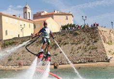 Ajaccio › Le flyboard, nouvelle discipline à sensation forte  ► Force et équilibre Le système a été créé par un français, Francky Zapata. Il a modifié un scooter des mers en lui enlevant sa direction. L'énergie de l'appareil est récupérée, on y bran…