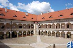 Zamek w Niepolomicach_1.jpg (850×565)