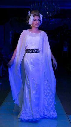 Luz Flores, diseño en tela con lentejuelas y cinturón con pedrería en color gris pavonado. Sutil capa de gasa de seda complementa este atuendo. Visitanos en :  www.pacomayorga.com