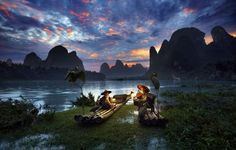 Dois irmãos, um de 88 e outro de 83 anos, conversam na beira de um rio em Guilin Yangshuo, na China. O registro foi feito pelo fotógrafo Thierry Bornier