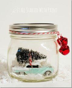 Een mininatuur auto met kerst boompje .... in  een glazen pot