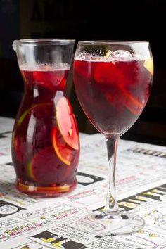 Sangria de laranja, limão, maçã verde, morango e gengibre com vinho tinto Triple Sec, Cold Drinks, Fun Drinks, Juice Bar Design, Vodka, Gin, Non Alcoholic Cocktails, Liqueur, Getting Drunk