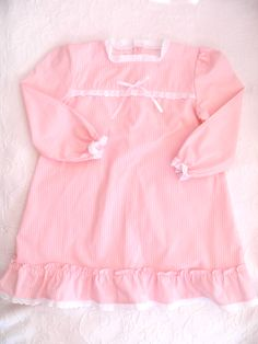 Camisa de noite de flanela às riscas cor de rosa com bordado Inglês - Stripped pink night gown with white cotton eyelet