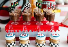 carros de corrida enfeitam uma festa infantil com decoração eletrizante