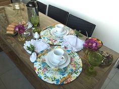 Mesa posta de café da manhã colorida e alegre, usando prato raso como sousplat.