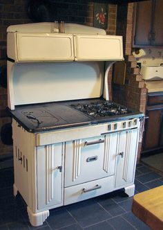 Cooking Steak In Oven Product Kitchen Time, Old Kitchen, Vintage Kitchen, Wood Burning Cook Stove, Wood Stove Cooking, Foyers, Retro Stove, Steampunk Furniture, Old Stove