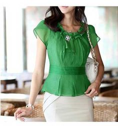 blusa social verde 1 Vestidos Chiffon, Dress Paterns, Over 50 Womens Fashion, Work Tops, Blouse Styles, Work Attire, Mode Style, Cute Tops, Corsage